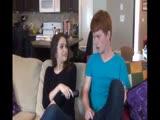 Tini ribanc a kanapén izgatja fel saját bátyját
