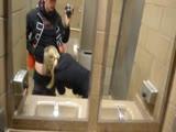 Tini picsa szopja a faszt a WC-ben