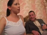 Apa keményen dugja lányát